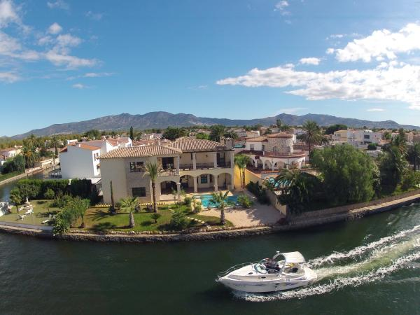 Предлагаем купить дом – виллу в Эмпуриябрава в Испании